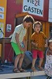 Lyckliga ungar som dansar på festivalen Arkivfoto