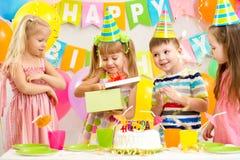 Lyckliga ungar som firar födelsedag Royaltyfri Bild