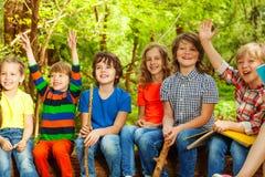 Lyckliga ungar som har gyckel i den utomhus- kolonin Fotografering för Bildbyråer