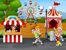 Lyckliga ungar som har gyckel i ett nöjesfält stock illustrationer