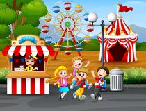 Lyckliga ungar som har gyckel i ett nöjesfält vektor illustrationer