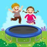 Lyckliga ungar som hoppar på trampolinen i trädgården vektor illustrationer