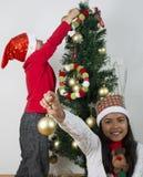 Lyckliga ungar som lägger under julträdet Arkivfoton