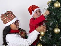 Lyckliga ungar som lägger under julträdet Royaltyfria Foton