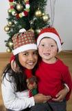 Lyckliga ungar som lägger under julträdet Royaltyfri Fotografi