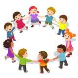 Lyckliga ungar som rymmer händer i en cirkel Gulliga pojkar och flickor som har gyckel royaltyfri illustrationer