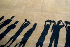 lyckliga ungar som skateboarding Fotografering för Bildbyråer