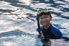 Lyckliga ungar som snorklar maskeringen i vattensommarsemester arkivfoto
