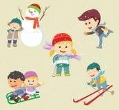 lyckliga ungar som spelar i snö och har vintergyckel Royaltyfria Bilder
