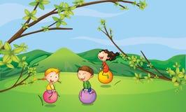 Lyckliga ungar som spelar med de studsa bollarna Fotografering för Bildbyråer