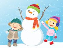 Lyckliga ungar som spelar med snögubben Royaltyfria Foton