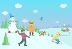 Lyckliga ungar som spelar vinterlekar Vinterlandskap med den skogen Fotografering för Bildbyråer