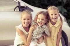 Lyckliga ungar som står på vägen Arkivbild