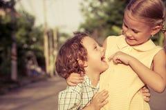 Lyckliga ungar som står på vägen Royaltyfria Bilder