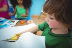 Lyckliga ungar som tillsammans gör konsthantverk Royaltyfria Bilder