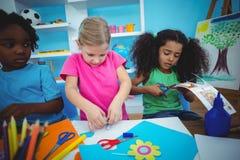 Lyckliga ungar som tillsammans gör konsthantverk Arkivbild