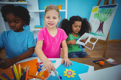 Lyckliga ungar som tillsammans gör konsthantverk Arkivfoton