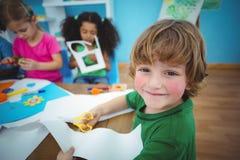 Lyckliga ungar som tillsammans gör konsthantverk Royaltyfri Bild