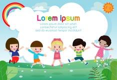 Lyckliga ungar som tillsammans hoppar och dansar, barn som spelar på sommarbakgrund, mall för annonsering av broschyren, din text stock illustrationer