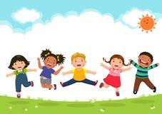 Lyckliga ungar som tillsammans hoppar under en solig dag