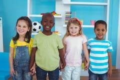 Lyckliga ungar som tillsammans rymmer händer Arkivfoto