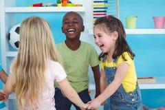 Lyckliga ungar som tillsammans rymmer händer Royaltyfri Fotografi