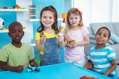 Lyckliga ungar som tillsammans tycker om konsthantverk Fotografering för Bildbyråer