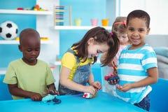 Lyckliga ungar som tillsammans tycker om konsthantverk Arkivbilder