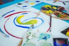 Lyckliga ungar som tycker om att måla för konsthantverk Arkivfoton