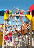 Lyckliga ungar som utomhus spelar Royaltyfri Bild
