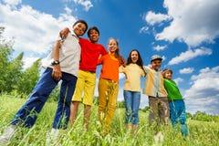 Lyckliga ungar står i radraksträcka och kram Fotografering för Bildbyråer