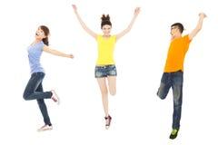 Lyckliga ungdomarsom dansar och hoppar Fotografering för Bildbyråer