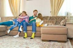 lyckliga ungeföräldrar Arkivbilder