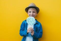 Lyckliga ungelivsstilögonblick på colorebakgrunder Arkivfoto