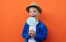 Lyckliga ungelivsstilögonblick på colorebakgrunder Royaltyfria Bilder
