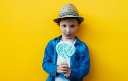 Lyckliga ungelivsstilögonblick på colorebakgrunder Royaltyfria Foton