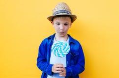 Lyckliga ungelivsstilögonblick på colorebakgrunder Arkivfoton