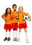 Lyckliga ungevinnare av fotbolllekar Royaltyfri Bild