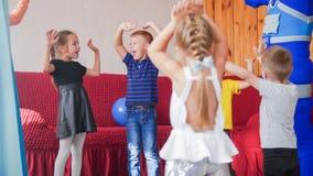 Lyckliga upphetsade små ungar som har gyckel tillsammans royaltyfri fotografi
