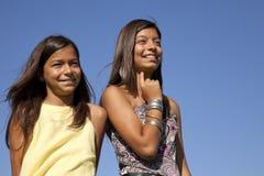 lyckliga utomhus- systrar Arkivfoto