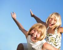 lyckliga utomhus- systrar royaltyfria foton
