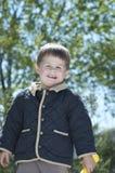 Lyckliga vände mot Little Boy utanför i sol Arkivbilder