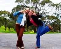 lyckliga vänner fotografering för bildbyråer