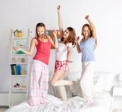 Lyckliga vänner eller tonåriga flickor som har gyckel hemma royaltyfria bilder