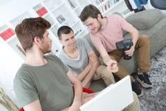 Lyckliga vänner för stående som tre tar foto med där kameror Fotografering för Bildbyråer