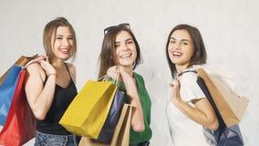 Lyckliga vänner gjord shopping stock video