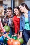 Lyckliga vänner i bowlingklubba Arkivbilder