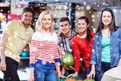 Lyckliga vänner i bowlingklubba på vintern kryddar Fotografering för Bildbyråer