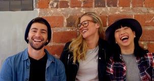 Lyckliga vänner i sammanträdekontorskafét 4k arkivfilmer