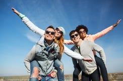 Lyckliga vänner i skuggor som har roligt utomhus Arkivfoton